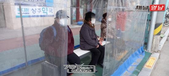 꾸미기_[교통에너지과]앉으면 따뜻해지는 탄소온열에어벤치 설치1.jpg