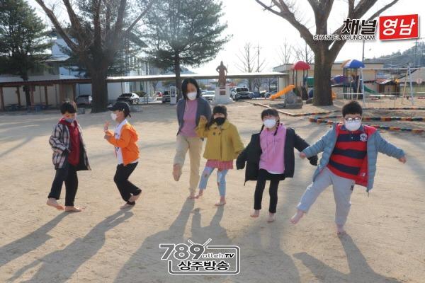 외서초, 아침 맨발 걷기와 놀이활동2.JPG